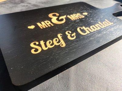 Zwart houten borrelplank graveren